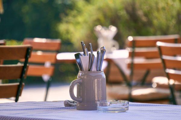 Biergarten Tische mit Besteckkrug