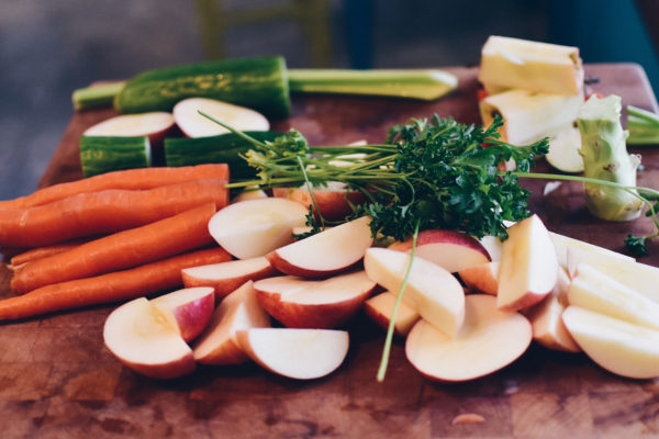 Brett mit Gemüse zum schneiden