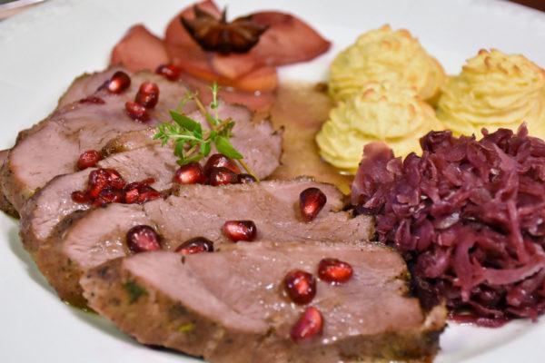 Fleisch mit Rotkohl und Püree