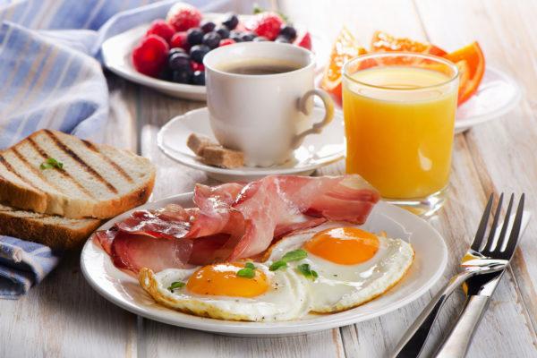 Frühstücksteller Ei mit Bacon und Getränken