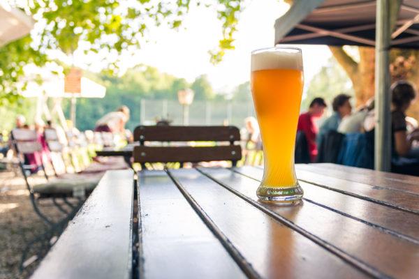 Biergarten mit frischem Bier