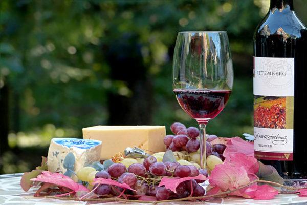 Rotwein und Käseplatte